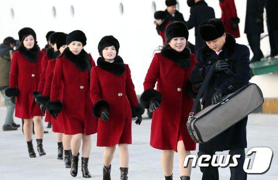 [사진]악기 가방 든 북한 예술단원