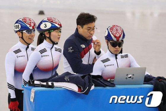 [사진]훈련 장면 확인하는 쇼트트랙 대표팀 선수들