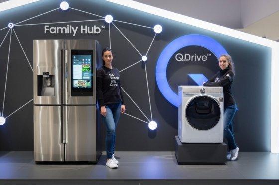 '삼성 포럼'에 전시된 '2018년형 패밀리허브' 4도어 타입 냉장고와 '퀵드라이브' 세탁기. /사진제공=삼성전자