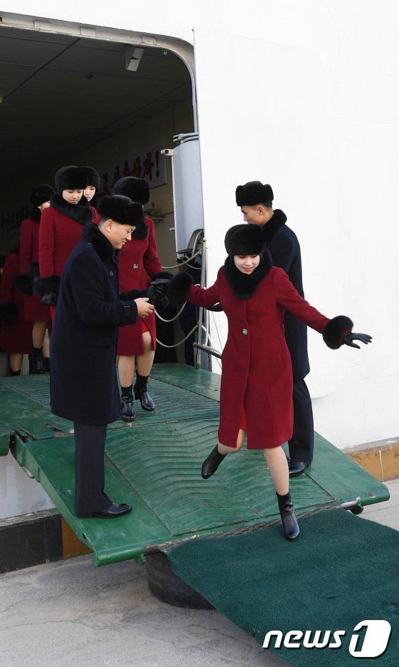 [사진]밝은 표정의 北 예술단원