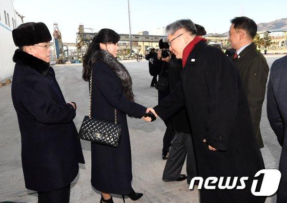 [사진]北 현송월, 통일부 국장과 악수