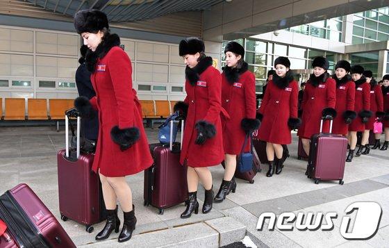 [사진]줄지어 선 北 미녀응원단