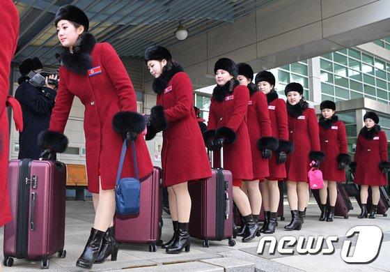 [사진]北 미녀응원단 '붉은코트에 가죽부츠'