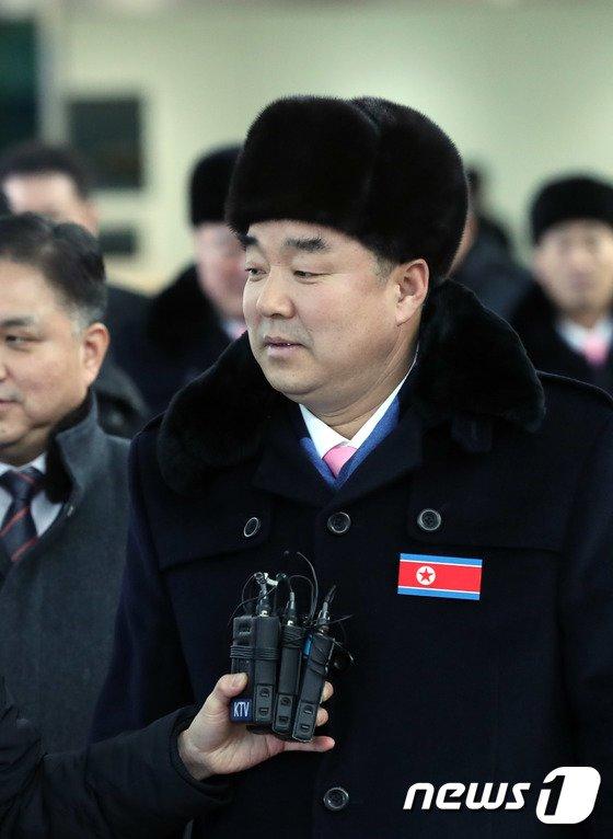 [사진]입경하는 김일국 北체육상