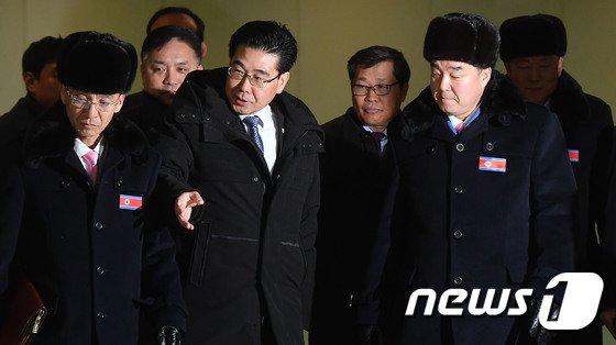 [사진]김일국 북한 체육상 입경