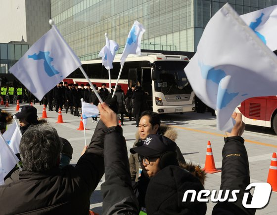 [사진]北 예술단 향해 한반도기 흔드는 시민들
