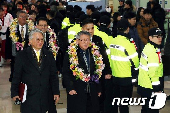 [사진]김포공항 도착한 리용선 ITF 총재