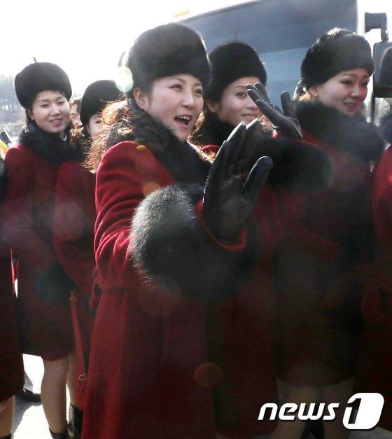 [사진]'싱글벙글' 북한 응원단