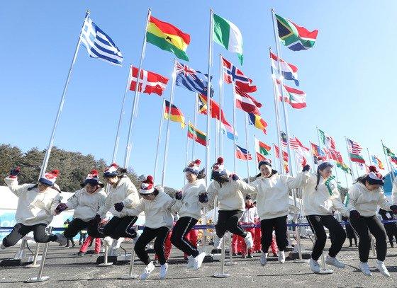 자원봉사자는 올림픽의 숨은 영웅이다. 2018 평창동계올림픽에는 구성원 모두 자원봉사자로 나선 가족부터 서울올림픽에 이어서 참여한 중년들, 질병과 장애를 딛고 참가하는 자원봉사자들이 있다. /사진=뉴스1