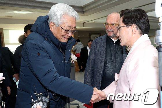 [사진]악수하는 장웅 위원과 최명희 강릉시장