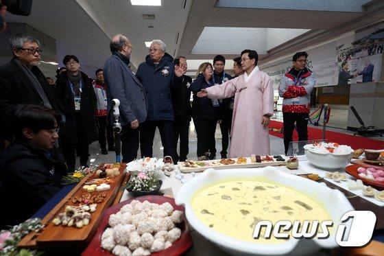 [사진]스포츠 외교 사진전 개막식 참석한 장웅 위원