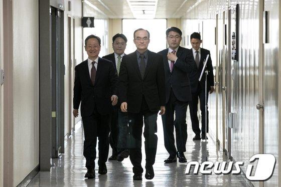 [사진]범죄수익환수과 출범기념 현판식 참석하는 문무일 총장