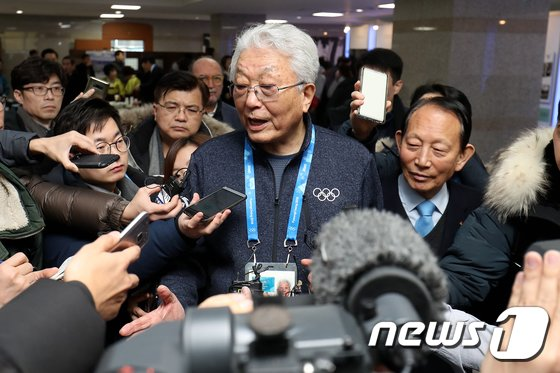[사진]취재진에 둘러싸인 장웅 위원