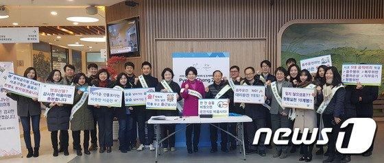 조은희 서초구청장과 직원들이 12일 클린 서초캠페인 중 기념촬영을 하고있다.(서초구 제공)© News1