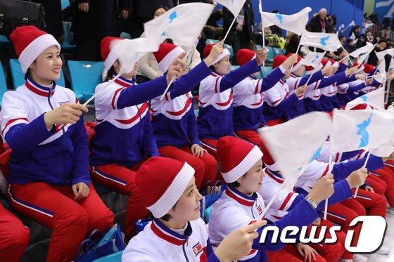 [사진]단일팀 응원하는 북한 응원단