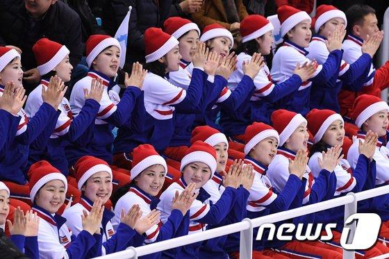 [사진]박수 치는 북한 응원단