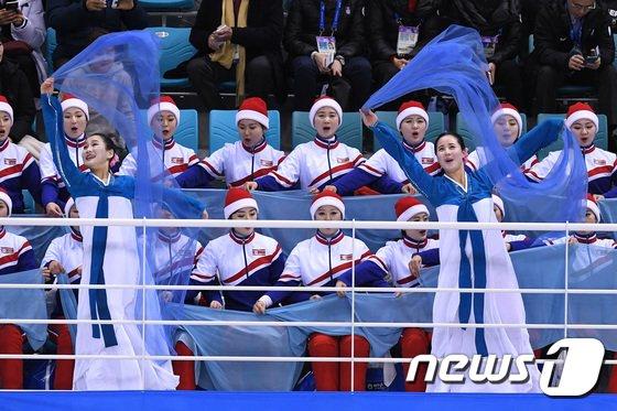 [사진]한복 입고 응원하는 북한 응원단'