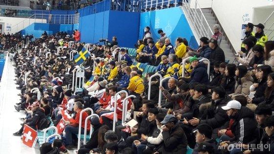 14일 오후 여자 아이스하키 스위스-스웨덴 예선전 경기가 열린 강릉시 관동 하키 센터에는 외국인 관중과 한국 관중이 어우러져 함께 응원했다. /평창=이영민 기자