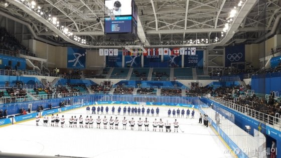 14일 오후 여자 아이스하키 스위스-스웨덴 예선전이 열린 강릉시 관동 하키 센터에서 선수들이 경기에 앞서 마주보고 있다. /평창=이영민 기자