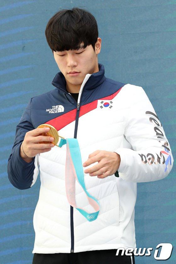 [사진]금메달 만져보는 윤성빈 '이제야 실감나요'