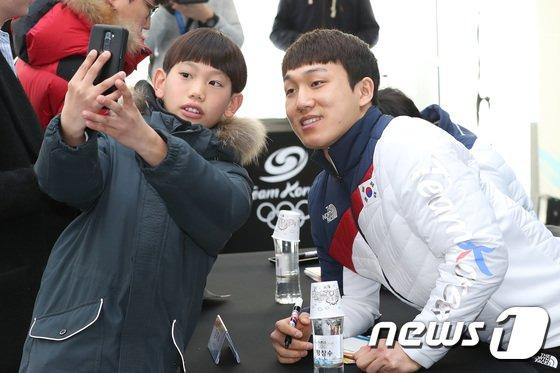 [사진]어린이 팬과 사진 찍는 김지수