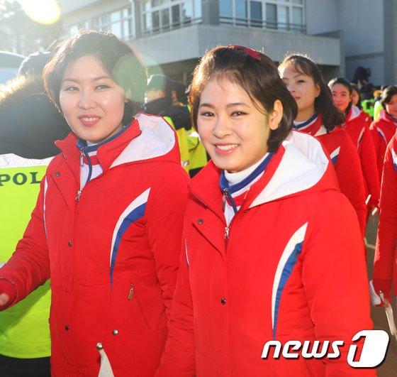 [사진]미소지으며 이동하는 북한 응원단