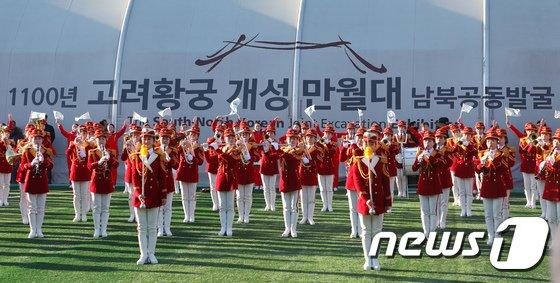 [사진]평창 상지대관령고서 공연 선보인 北응원단