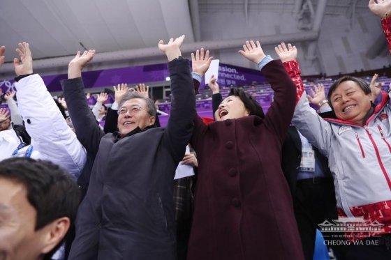 17일 쇼트트랙 경기 내내 선수들 그리고 관중들과 하나 된 문재인 대통령과 김정숙 여사./사진=청와대 페이스북