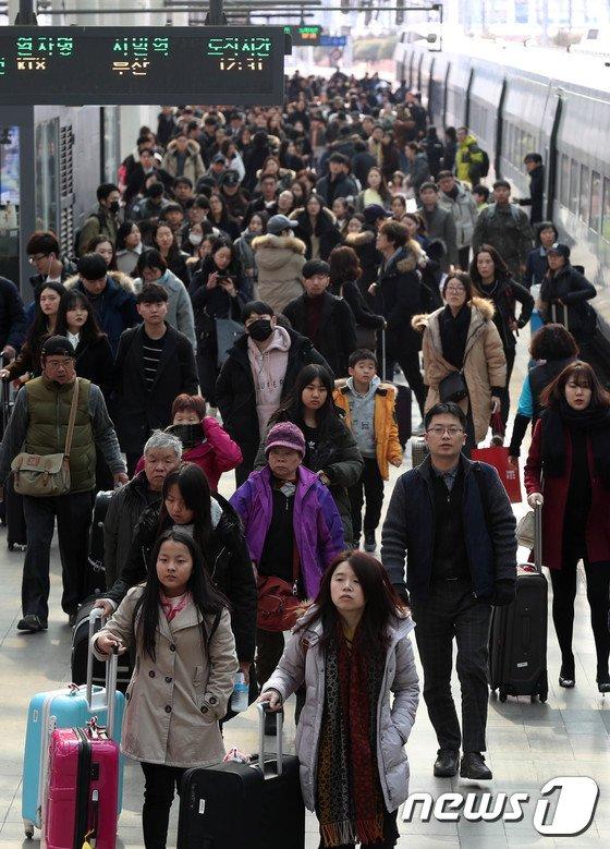 [사진]귀경길 시민들로 붐비는 서울역