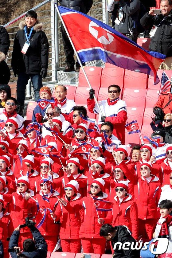 [사진]북한선수 등장에 환호하는 북한응원단