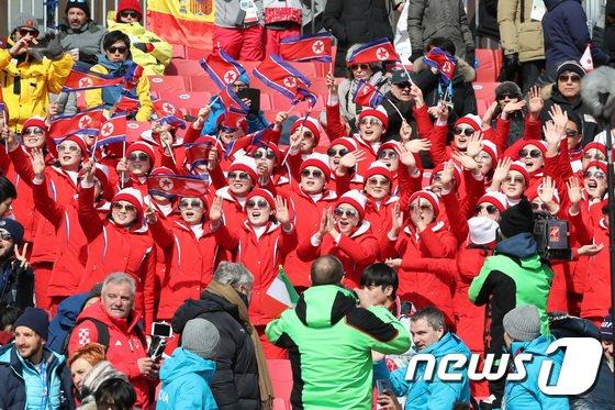 [사진]열정적인 응원 펼치는 북한응원단