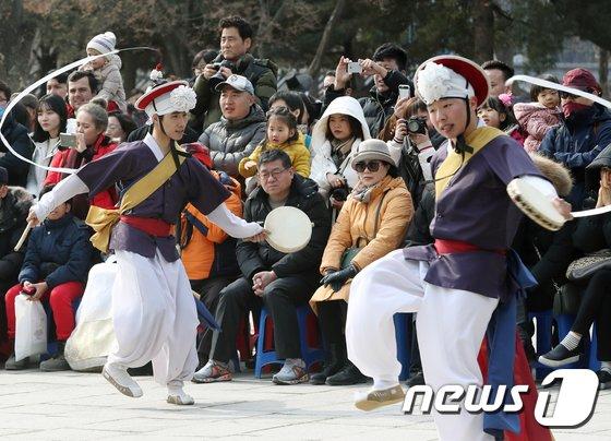 [사진]설 연휴, 전통공연 즐기는 시민들