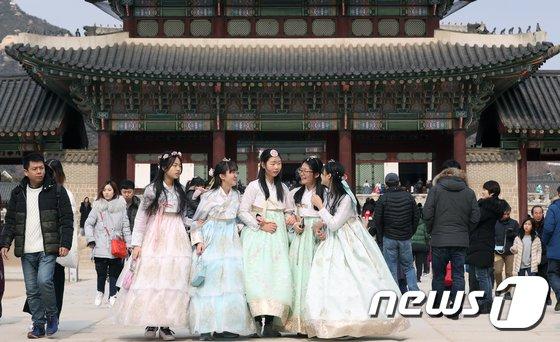 [사진]새해 연휴 '고궁 나들이'