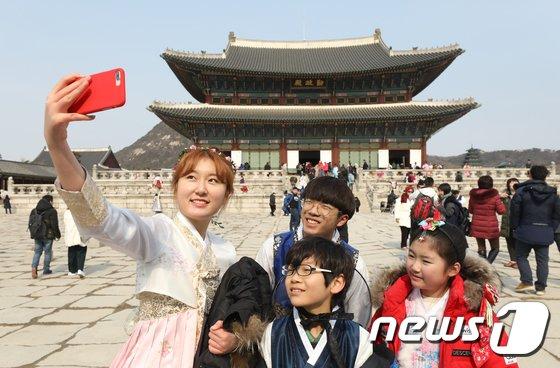 [사진]설 연휴, 경복궁 찾은 시민들