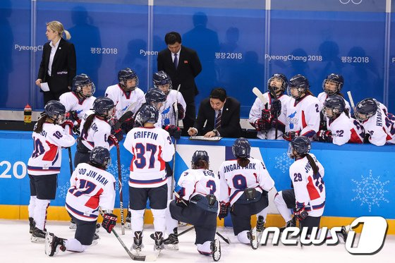 [사진]여자 아이스하키 단일팀의 마지막 작전은?