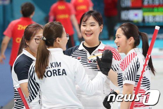 [사진]한국 여자 컬링 '태극 낭자들의 미소'