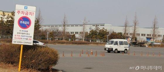 설 연휴 마지막 날인 18일 한국GM 군산공장 직원 주차장이 텅 비어있다. /사진=심재현 기자