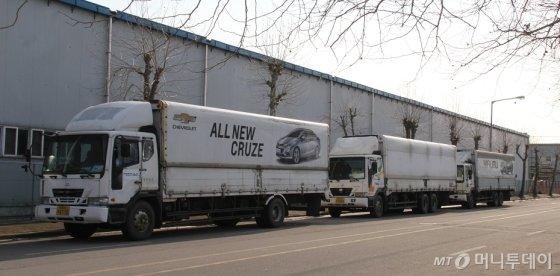 한국GM 군산공장 인근에 GM 쉐보레 '크루즈'와 '말리부' 광고판을 부착한 화물 트럭이 주차돼 있다. /사진=심재현 기자
