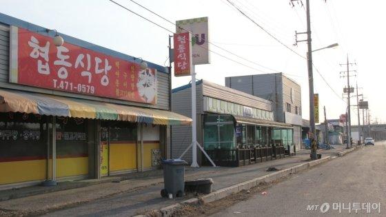 설 연휴 마지막 날인 18일 한국GM 군산공장 인근 식당 문이 닫혀 있다. /사진=심재현 기자
