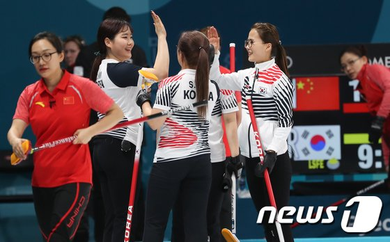 [사진]한국 여자 컬링 '중국에 기권승'