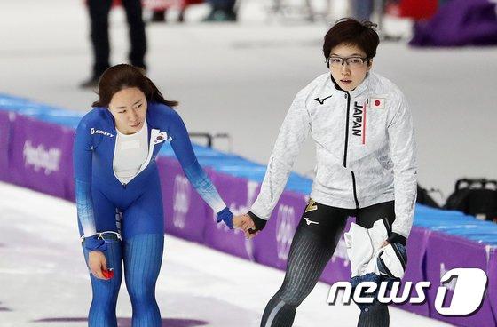 [사진]이상화-고다이라 나오, '손 맞잡은 빙속 여제들'