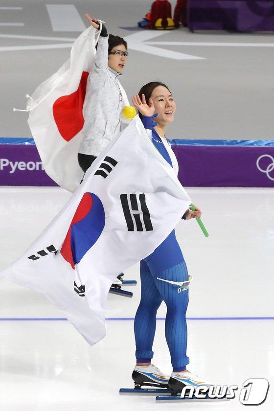 [사진]이상화-고다이라 '경쟁 속 우정'