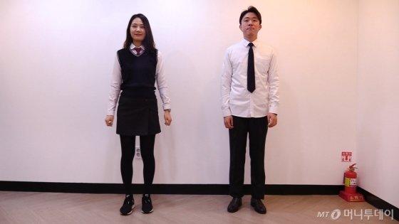 출근 후 교복으로 갈아입은 한지연 기자(26·왼쪽)와 유승목 기자(27)/사진=이상봉 기자