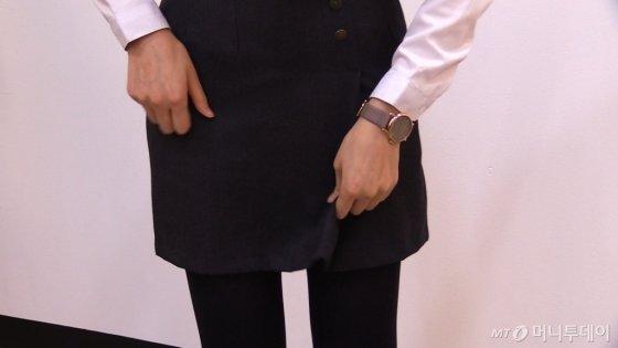 짧은 교복 치마에 불편함을 호소하는 한지연 기자(26)/사진=이상봉 기자