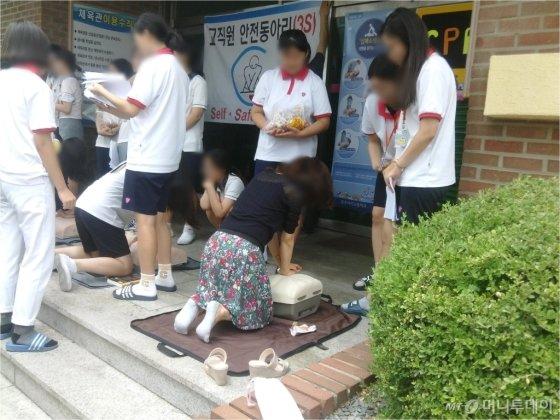 충주여고 학생들이 지난해 여름 동아리 활동을 하고 있다. /사진 제공=충주여자고등학교
