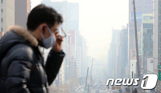 서울 강남대로 일대가 뿌옇게 보이고 있다. /뉴스1 © News1 구윤성 기자
