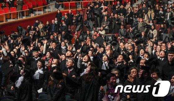 [사진]'드디어 졸업이다'