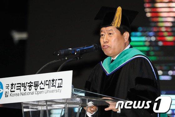 [사진]졸업식사하는 류수노 총장