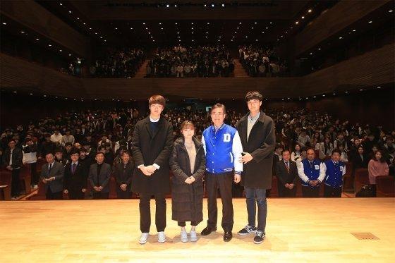 한석정(오른쪽에서 두 번째) 동아대 총장이 2018학년도 신입생 대표들과 기념촬영을 하고 있다.
