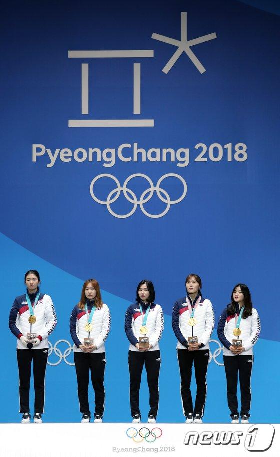 [사진]여자 쇼트트랙 대표팀 '금메달 목에 걸고'